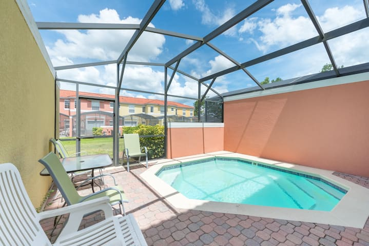Luxury Townhouse/Private Pool/12 Min from Disney!