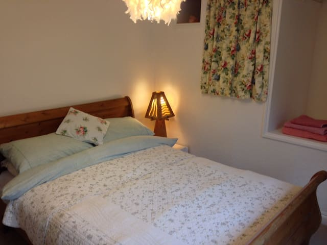 Double room in 200 year old cottage - Buckfastleigh - Bed & Breakfast