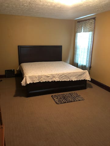 SolidRoom 5-10mins to downtown/interstate vicinity
