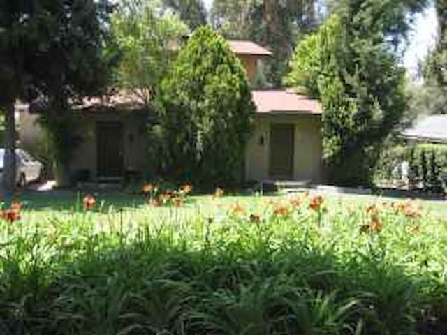 2 story duplex on tree lined street - Altadena - Appartement