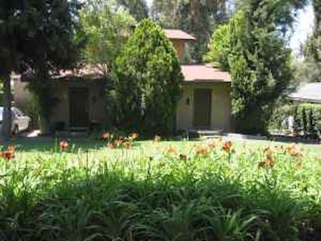 2 story duplex on tree lined street - Altadena - Apartment