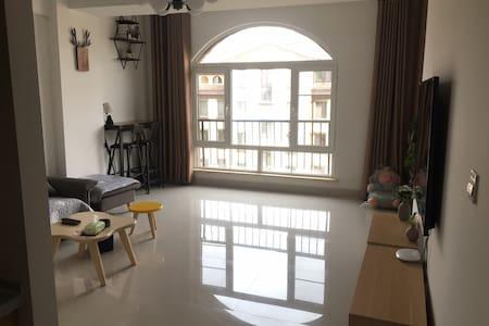 超然自逸的家 位于康巴什城市中心 地中海小镇 交通便利购物方便 园林绿化示范小区 79平两居室等着你