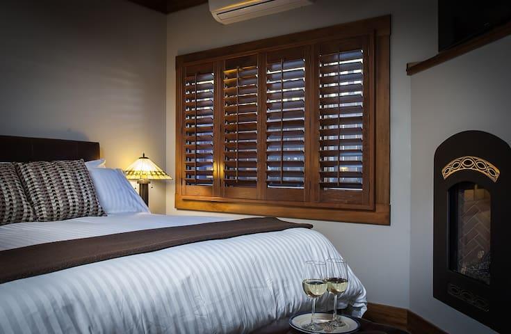 Enjoy a fantastic nights sleep in the King Bed of the Silverado Room.