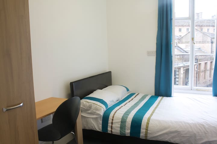 Small Double Bedroom in Cental Buxton 6