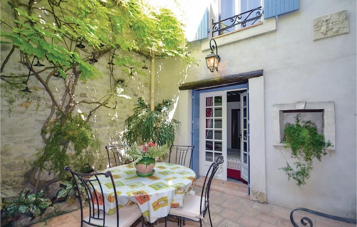 Beautiful home in Caumont-sur-Durance with 3 Bedrooms
