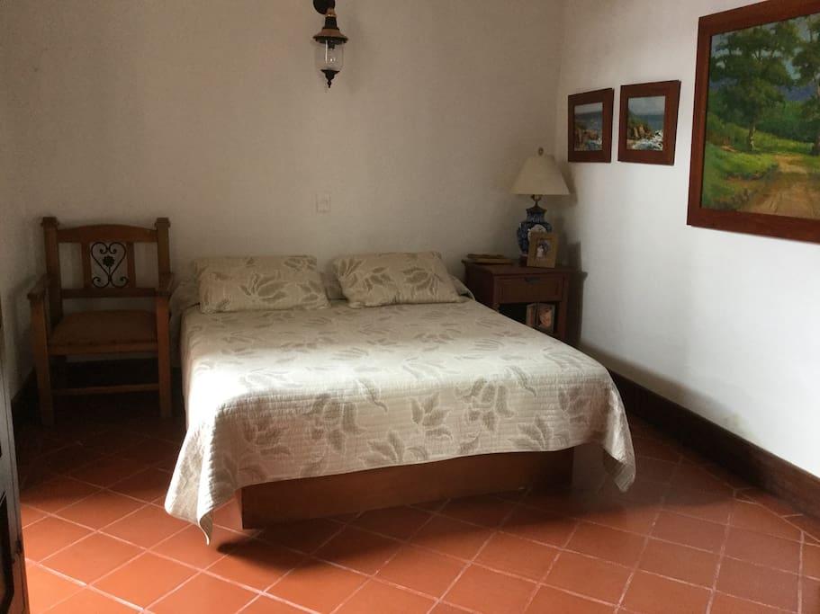Cuarto 3 con cama grande. Techo alto y salida al patio interno.
