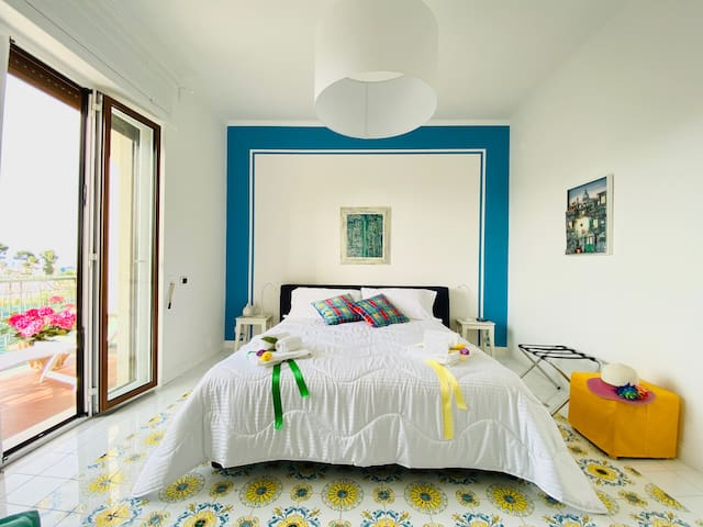 Only in this apt you will find the pleasure to wake up and being enveloped by the brightness of the sunlight which enhances the vivid colors of the hand painted tiles by coastal artists. Taken on the walls, give you relax and wellness.