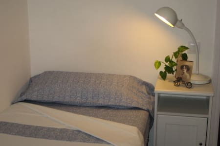 Chic & cheap room + terrace (girls) - Barcelona - Bed & Breakfast
