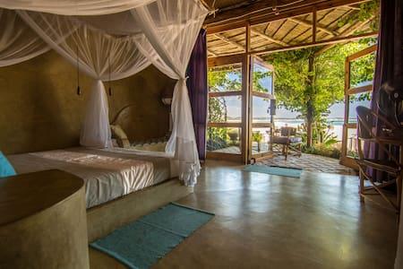 Casa Amarela. Luxury Queen Room I - Praia Tofo - ゲストハウス
