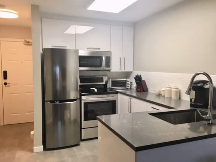 Best Location Sleeps 4!  1 bedroom w New Sofa Bed