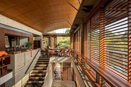 Carona House - Beautiful, Luxurious, Comfortable.