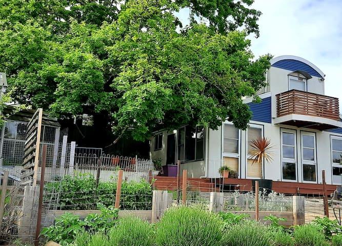 Cormiston Cottage with river views