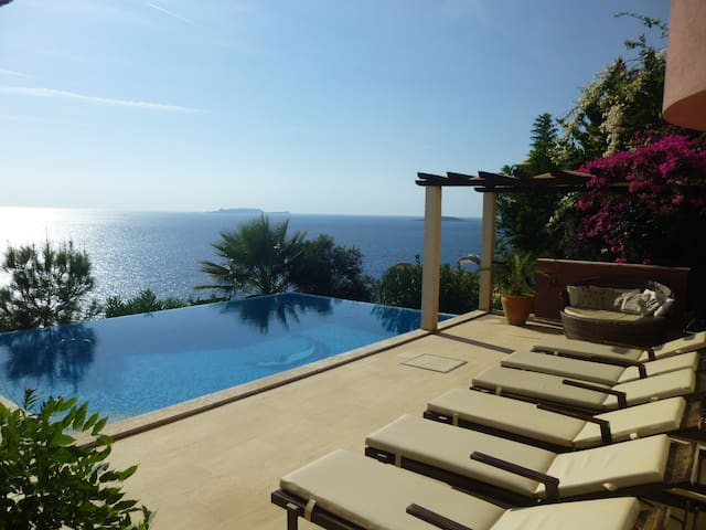 Seafront Villa Bonita Private Pool & Sea access