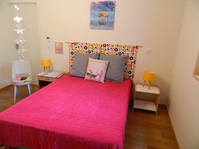 Dans la chambre: un lit pour deux personnes  (et un matelas supplémentaire pour une personne)