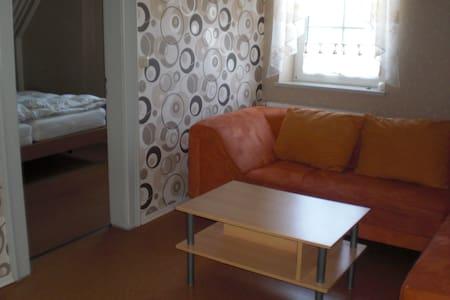 2 Gemütliche Zimmer mit Gartennutzung, ruhige Lage - Kaisheim - Pension
