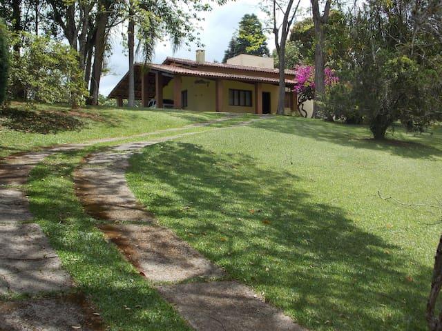 Chácara completa em condomínio fechado e seguro - Ibiúna