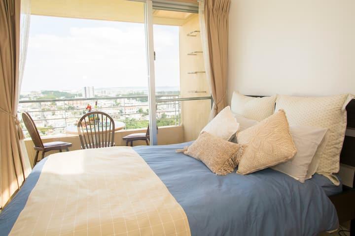 高台から望む景色をお楽しみください♡大きな窓を開けると爽やかな風が流れ込むお部屋です☆
