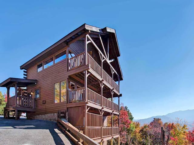 Favored by Fortune, 3 Bedrooms, Stunning View, Pool Access, Sleeps 8 - Cabin