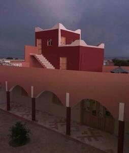 Maison entre mer et montagne, ville et désert 2