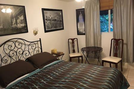 Room w/private bath and free MIA pickup/breakfast - Miami - Bed & Breakfast