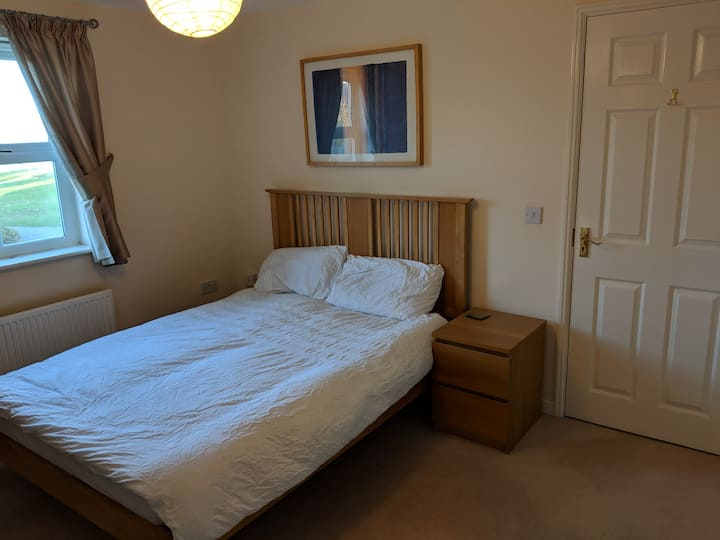 North Swindon double room ensuite shower room + TV