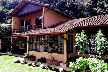 RECANTO DAS FLORES MURY QUARTOS ACONCHEGANTES - Nova Friburgo - Cabin