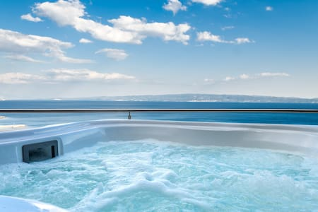 Luxe Penthouse with stunning view and Hot Tub