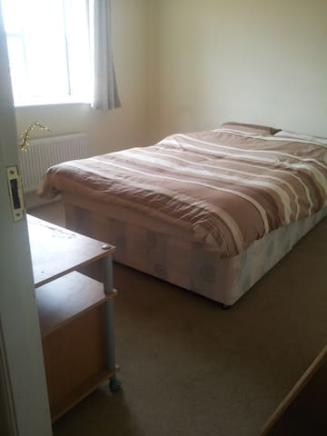 A comfortable room in a 3 bed house - Peterborough