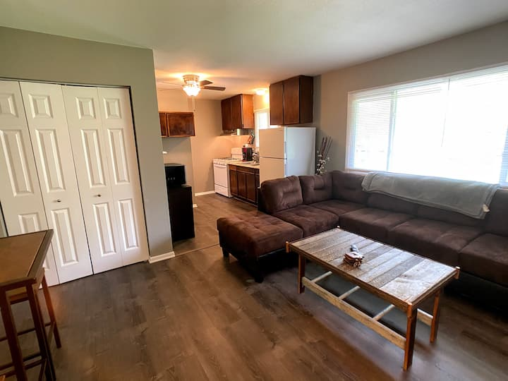 Fully Furnished and Updated 1 Bedroom Apt 910-7
