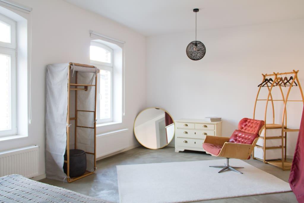 Schlafzimmer mit Fenster zum Garten