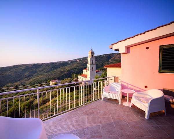 Terrazzo panoramico accessibile dall'appartamento. Panoramic terrace accessible from the apartment.
