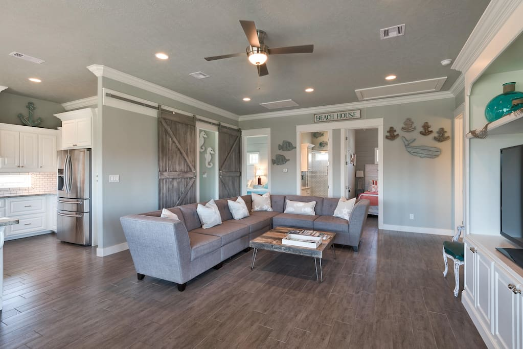 large living-room w/ plenty of seating, built-in entertainment center w/ 55'' TV