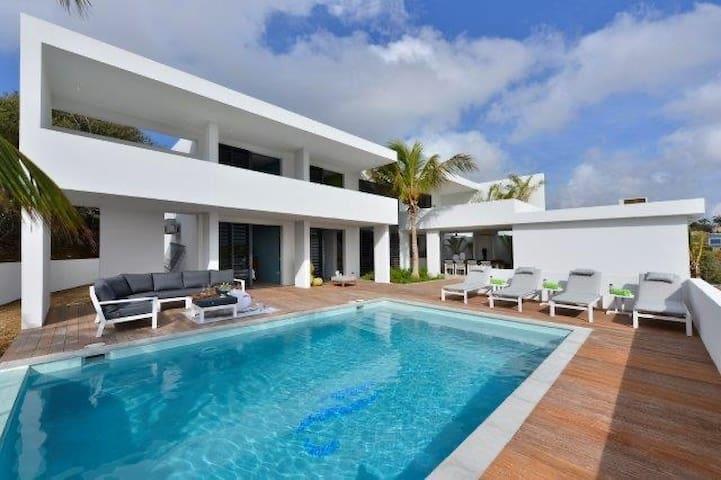 Fantastic new villa 8-10p by Spanish Water
