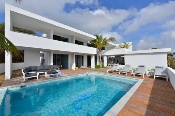 Fantastic modern villa 8-10p by Spanish Water