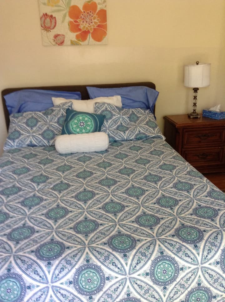 Northeast Pasadena:Queen Bed