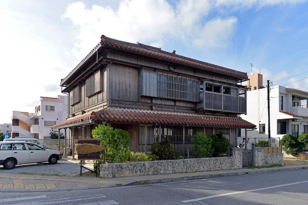 Japanease traditional house houses for rent in naha si for Minimalist house okinawa japan