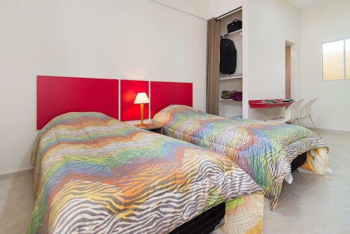 Studio aconchegante e pratico com duas camas solt.
