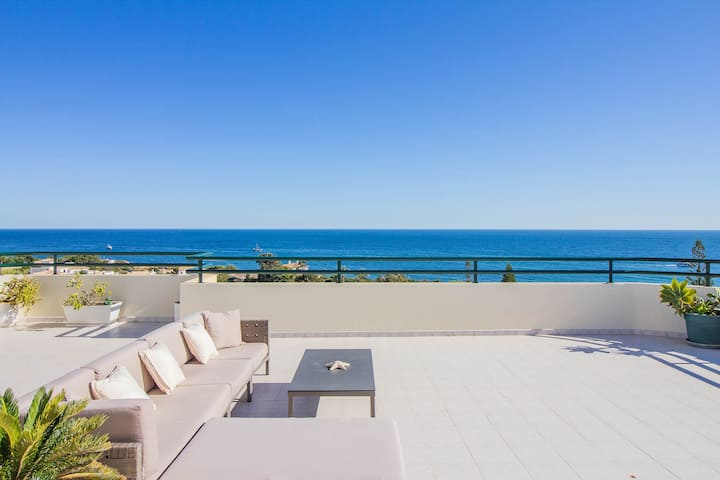 Penthouse w/breathtaking sea view,steps from beach