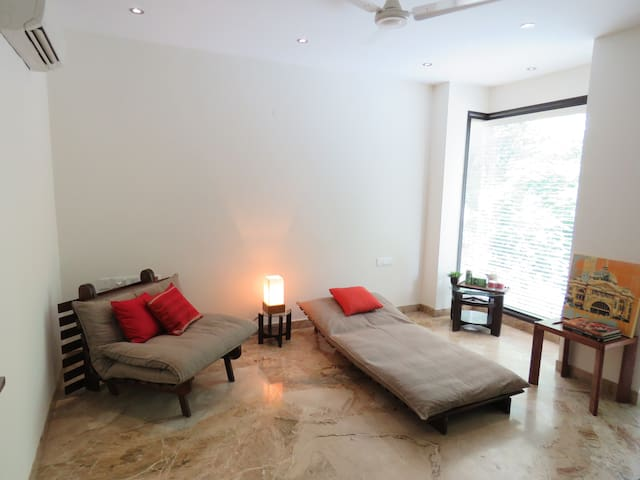 Luxury Apt. With Balcony & Ensuite - Neu-Delhi