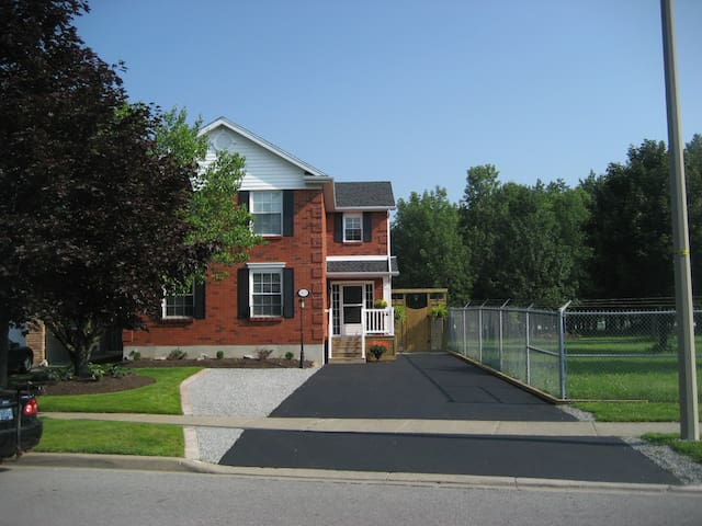 Private and Modern Apartment - Niagara Falls - Bed & Breakfast