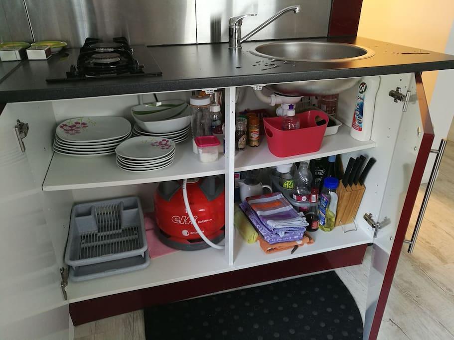 Assiettes, sel,poivre,sucre,huile,vinaigre. Torchons, produit vaisselle...