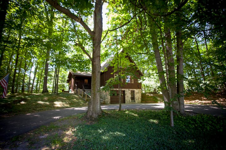 Treehouse Near Town & Torch Lake - Spacious & Cozy - Bellaire