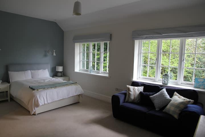 En suite bedroom & private living room *stunning*