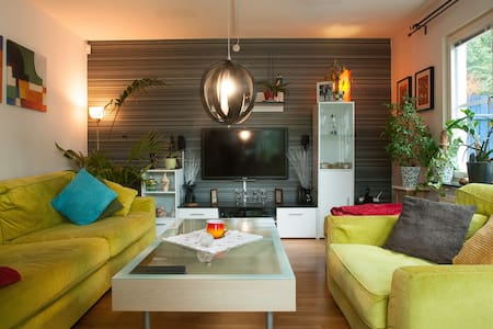 Nice room close to airport - Upplands Väsby - 連棟住宅