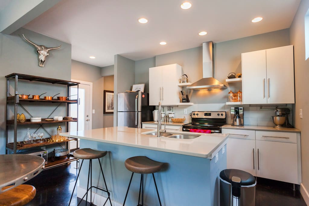 Modern home w rooftop deck houses for rent in nashville for New modern homes nashville tn