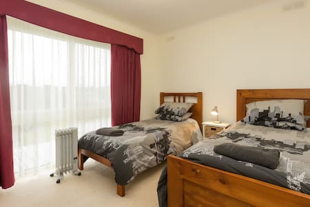 Sunny Room with 2 Single Beds