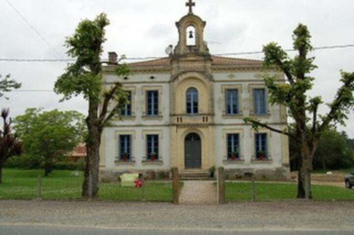 Design slapen in oude meisjesschool - Bourgougnague - Bed & Breakfast