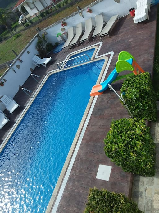 piscina con jardin