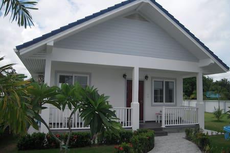 Nice bungalow, near at the beach - Phe