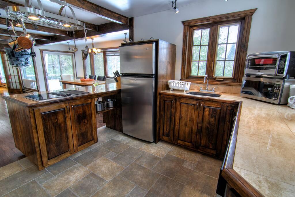 Kitchen and dining room // Cuisine et salle à manger